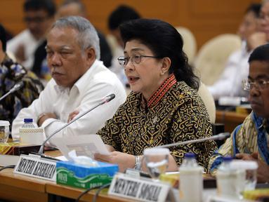 Menteri Kesehatan Nila F Moeloek (kedua kanan) menyampaikan keterangan saat rapat konsultasi dengan pimpinan DPR di Kompleks Parlemen, Jakarta, Kamis (1/2). (Liputan6.com/JohanTallo)