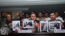 Kapolda Metro Jaya, Irjen Pol Mochammad Iriawan menunjukkan gambar Brigadir Jenderal TNI (Purn) Adityawarman Thaha jelang ditangkap, Jakarta, Selasa (6/12). Iriawan memastikan penangkapan Thaha, sudah sesuai prosedur hukum. (Liputan6.com/Gempur M Surya)
