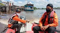 Pencarian ABK tenggelam di Sungai Siak setelah mengejar kardus mie yang terjatuh. (Liputan6.com/M Syukur)