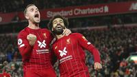 Pemain Liverpool, Mohamed Salah dan Jordan Henderson melakukan selebrasi usai membobol gawang Tottenham Hotspur pada laga Premier League 2019 di Stadion Anfield, Minggu (27/10). Liverpool menang 2-1 atas Tottenham Hotspur. (AP/Jon Super)