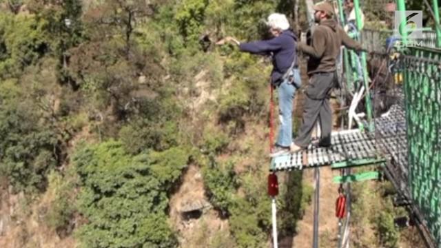 Seorang wanita berusia 64 tahun berhasil melakukan Bungee Jumps untuk melawan ketakutan dalam dirinya.