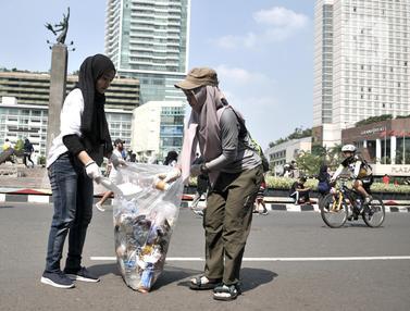 Aksi Aktivis Sekolah Relawan Bersihkan Sampah Saat CFD