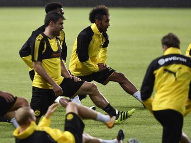 Striker Dortmund, Pierre-Emerick Aubameyang, bersama rekan-rekannya berlatih di Guangdong, Cina, Senin (17/7/2017). Dortmund akan menghadapi AC Milan pada laga International Champions Cup. (AFP)