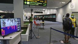 Pendeteksi suhu tubuh terlihat di terminal 3 kedatangan domestik bandara Soekarno Hatta, Tangerang, Banten, Rabu (27/5/2020). Bandara Soetta memberlakukan Tiga checkpoint di terminal kedatangan salah satunya pemeriksaan SIKM dan doukumen kesehatan setiap penumpang. (Liputan6.com/Herman Zakharia)