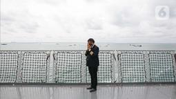Awak pesawat mengikuti doa bersama dan tabur bunga di lokasi jatuhnya pesawat Sriwijaya Air SJ 182 di perairan Kepulauan Seribu, Jumat (22/1/2020). 50 orang perwakilan keluarga melakukan tabur bunga sebagai penghormatan terakhir kepada para korban kecelakaan pesawat. (Liputan6.com/Faizal Fanani)