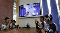 Tim e-Sports, WAW divisi PUBG, memberikan simulasi saat mengunjungi Kantor KLY di Jakarta, Kamis (21/2). Dalam kunjungan itu tim milik Youtuber Reza Arap tersebut berbagi tips dan triks dalam bermain PUBG. (Bola.com/M. Iqbal Ichsan)
