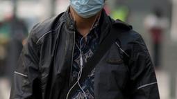 Pejalan kaki mengenakan masker saat berjalan di Jakarta, Kamis (4/7/2019). Organisasi lingkungan Greenpeace menyatakan kualitas udara Jakarta saat ini terpantau sangat tidak sehat dengan angka 165 AQI atau Indeks Kualitas Udara. (merdeka.com/Imam Buhori)