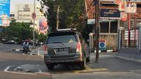 Mobil menutup sebagian badan trotoar di kawasan Jatinegara, Jakarta, Senin (24/9). Kondisi trotoar yang telah diperlebar Pemprov DKI Jakarta kini dipenuhi PKL dan parkir liar sehingga mengganggu kenyamanan pejalan kaki. (Liputan6.com/Immanuel Antonius)