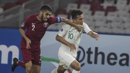 Gelandang Timnas Indonesia, Egy Maulana, ditarik wajahnya oleh bek Qatar, Nasir Baksh, pada laga AFC U-19 Championship di SUGBK, Jakarta, Minggu (21/10). Indonesia kalah 5-6 dari Qatar. (Bola.com/Vitalis Yogi Trisna)