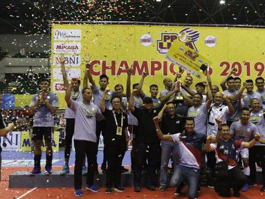 Pemain Surabaya Bhayangkara Samator merayakan kemenangan atas Jakarta BNI 46 dalam final Proliga 2019 di GOR Among Rogo, Yogyakarta, Minggu (24/12). Samator berhasil meraih juara Proliga 2019. (Bola.com/Yoppy Renato)