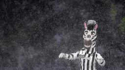 """Maskot Juventus """"Jay"""" bermain salju di Allianz Stadium di Turin, Italia, (25/2). Italia saat ini sedang dilanda cuaca ekstrem yang dianggap jadi puncaknya musim dingin sebelum peralihan musim semi. (AFP Photo/Alberto Pizzoli)"""