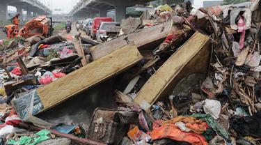 Sampah sisa banjir menumpuk di kawasan Cipinang Melayu, Jakarta, Rabu (8/1/2020). Banjir yang melanda Jakarta dan sekitarnya sejak 1 Januari 2020 lalu menyisakan tumpukan sampah di sejumlah titik. (Liputan6.com/Herman Zakharia)