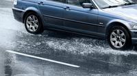 Ilustrasi mobil melintasi hujan beresiko hydroplaning. (bkblaw.net)