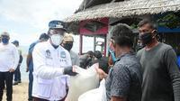 Wali Kota Manado Vicky Lumentut bersama rombongan membawa langsung bantuan ke Kecamatan Bunaken Kepulauan.