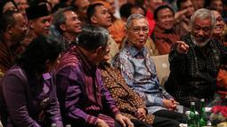 Perbincangan hangat yang diselingi canda tampak terlihat dalam acara Supermentor-6: Leaders, Jakarta, Minggu (17/5/2015). Empat tokoh negarawan berbagi pengalamannya dalam rangka menyambut Hari Kebangkitan Nasional ke-107 (Liputan6.com/Faizal Fanani)