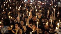 Ribuan pendukung Ahokmenggelar acara Malam Solidaritas atas Matinya Keadilan di Tugu Proklamasi, Jakarta (10/05). Massa membawa poster dan lilin di pelataran Tugu Proklamasi. (Liputan6.com/Faizal Fanani)