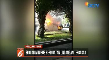 Sebuah mobil bermuatan ribuan undangan terbakar di Demak, Jawa Tengah. Sebelum kejadian, mobil tiba-tiba berhenti dan langsung terbakar.
