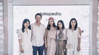 Lihat di sini bagaimana kolaborasi antara Raline Shah dengan Tokopedia dan beberapa label lokal lainnya, penasaran?