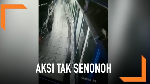 Terekam CCTV, aksi tak senonoh yang dilakukan sepasang muda-mudi di jembatan layang terminal Tirtonadi, Surakarta, Jawa Tengah.