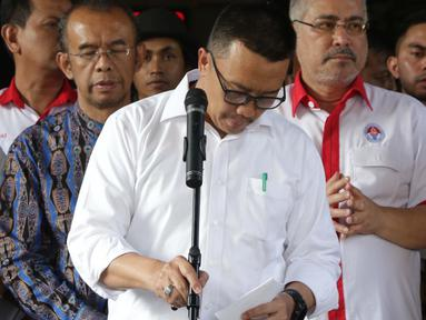 Menpora Imam Nahrawi (kedua kiri) saat menyampaikan keterangan terkait pengunduran dirinya dari jabatan Menteri Pemuda dan Olahraga di Gedung Kemenpora, Jakarta, Kamis (19/9/2019). Sebelumnya, KPK menetapkan Imam Nahrawi sebagai tersangka kasus suap dana hibah KONI. (Liputan6.com/Helmi Fithriansyah)