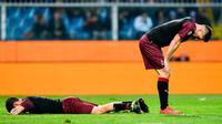 Pemain AC Milan, Davide Calabria (kiri) dan Krzysztof Piatek tertunduk saat menghadapi Sampdoria dalam Serie A di Stadio Comunale Luigi Ferraris, Genoa, Italia, Sabtu (30/3). AC Milan kalah 0-1. (Simone Arveda/ANSA via AP)