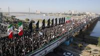 Para pelayat memenuhi jalanan di ibu kota Tehran. Mereka menyambut kedatangan jenazah Qasem Soleimani. (Source: AFP)