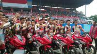 Marc Marquez berfoto bersama 16 pebalap muda Indonesia yang masuk dalam Astra Honda Racing School (HRS) di Sirkuit Sentul, Bogor, Jawa Barat, Selasa (25/10/2016). (Bola.com/Muhammad Wirawan Kusuma)