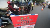 Sejumlah aparat kepolisian memeriksa pengendara yang melintas di Kota Bandung, saat diberlakukannya Pembatasa Sosial Berskala Besar (PSBB), Rabu (22/4/2020). (Humas Kota Bandung)