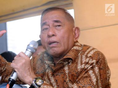 Menteri Pertahanan, Ryamizard Ryacudu saat memberi keterangan di Jakarta, Senin (14/5). Pihak Kemenhan telah menyiapkan dua strategi menanggapi gugatan Avanti Communications, yakni melalui jalur Non Litigasi dan Litigasi (Liputan6.com/Helmi Fithriansyah)