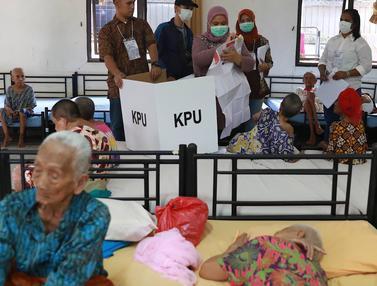 Petugas PPS Dampingi Pemilih Lansia di Panti Jompo