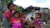 Warga Dusun Wemalae (Tubaki), Desa Wehali, Kecamatan Malaka Tengah, Kabupaten Malaka, NTT. Tempat tinggal mereka masih jauh dari standar layak huni. (Liputan6.com/Ola Keda)