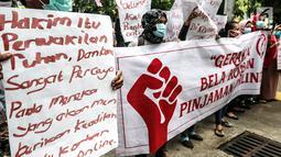Masa yang tergabung gerakan bela korban pinjaman online menggelar aksi di depan PN Jakarta Pusat, Jakarta, Rabu (6/2). Mereka menuntut hakim untuk memberikan keadilan kepada korban rentenir online. (Liputan6.com/Johan Tallo)