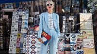 Padukan blazer dan celana panjang untuk tampilan sehari-hari dengan beberapa tips fashion berikut ini. (Foto: Instagram @vikyandthekid)