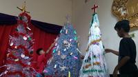 Tiga pohon natal unik memanfaatkan botol dan kantong plastik bekas untuk perayaan natal 2019 di GKJW Jemaat Kedungkandang, Kota Malang (Liputan6.com/Zainul Arifin)