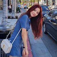Mampir di beberapa negara, Jisoo tampak menikmati waktu luangnya. Walaupun telah menjadi artis yang dikenal di seluruh dunia, Jisoo kerap kali menggunakan baju yang simpel untuk jalan-jalan. (Liputan6.com/IG/@sooyaaa__)