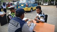 Meski terjaring operasi Kejar Setoran dan berisiko kendaraannya ditahan, para sopir angkutan umum itu malah senang. (Liputan6.com/Jayadi Supriadin)