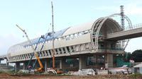 Suasana pembangunan stasiun LRT di kawasan Ciracas, Jakarta, Sabtu (23/3). Pada tahun 2019, pemerintah menganggarkan dana APBN untuk infrastruktur sebesar Rp415 triliun, naik 1,04% dari anggaran infrastruktur tahun sebelumnya. (Liputan6.com/Immanuel Antonius)
