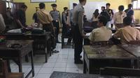 Polisi geledah sekolah di Tangerang Selatan (Pramita/Liputan6.com)