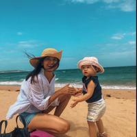 Acha Septriasa menghabiskan waktu di Wanda Beach, Australia. (dok. Instagram @septriasaacha/Dinny Mutiah)