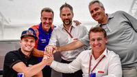 Brad Brinder (kiri) resmi meneken kontrak dengan KTM Tech 3 untuk MotoGP 2019, Rabu (10/7/2019) malam. (Twitter/MotoGP)