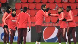 Para pemain Barcelona menikmati latihan jelang digelarnya laga lanjutan Grup B Liga Champions kontra PSV Eindhoven, Rabu (28/11). Dalam laga kali ini Luis Suarez diragukan tampil karena cedera. (AFP/Emmanuel Dunand)
