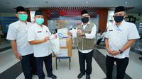 Pemkab membagikan Alat Pelindung Diri (APD) untuk paramedis.