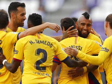 Para pemain Barcelona merayakan gol yang dicetak oleh Arturo Vidal ke gawang Real Valladolid pada laga La Liga di Stadion Jose Zorrilla, Sabtu (11/7/2020). Barcelona menang 1-0 atas Real Valladolid. (AP Photo/Manu Fernandez)