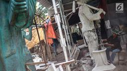 Perajin Sutopo membuat pesanan patung raksasa di kawasan Pondok Cabe, Tangerang Selatan, Jumat (14/12). Sutopo menjual patungnya berkisar antara Rp1,7 juta Hingga Milliaran rupiah. (Liputan6.com/Faizal Fanani)