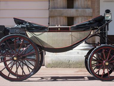 Kereta kencana Ascot Landau yang akan digunakan Pangeran Harry dan Meghan Markle di Istana Buckingham, London, Selasa (2/5). Kereta itu untuk mengelilingi kota usai upacara pernikahan Harry dan Meghan pada 19 Mei mendatang. (Victoria Jones/Pool via AP)