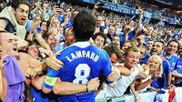 Selebrasi kemenangan Frank Lampard bersama para suporter Chelsea setelah mengalahkan Bayern Munchen di Final Liga Champions (19/2/2012). (EPA/Marc Mueller)