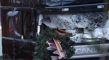 Kaca depan truk rusak parah usai menabrak Pasar Natal di Berlin, Jerman, Selasa (20/12). Akibat kejadian ini, dikabarkan 12 orang tewas dan 48 orang terluka. (REUTERS / Hannibal Hanschke)