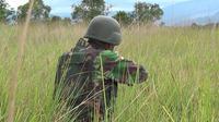 Personel TNI yang tergabung dalam Satgas Tinombala tengah berpatroli di pegunungan Poso guna mengejar Kelompok MIT. (Foto: Liputan6.com/ Heri Susanto).