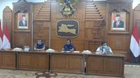 Konferensi pers perkembangan kasus virus corona baru yang memicu COVID-19 di Gedung Grahadi, Sabtu (25/4/2020) (Foto: Liputan6.com/Dian Kurniawan)