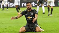 Pemain Manchester United, Bruno Fernandes, tampak kecewa usai ditaklukkan Sevilla pada laga semifinal Liga Europa di Stadion RheinEnergie, Senin (17/8/2020). Sevilla menang 2-1 atas Manchester United. (AP Photo/Martin Meissner, Pool)